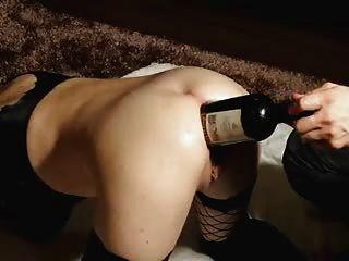 Ela adora o bom vinho..Dentro de seu grande asshole