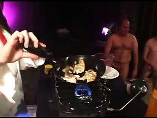 Menina comendo omelete cum