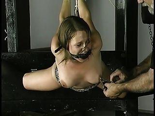 Escravo recebe corda em torno de pulsos mamilos apertados e bola mordaça em sua boca