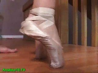 Menina loira flexível