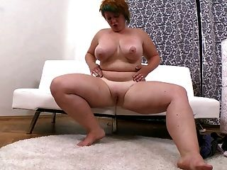 Menina gorda com cabelo curto masturbates sua vagina raspada