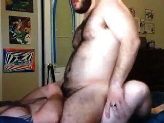 Gos maduros descargan em um jovem peludo