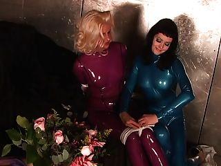 Slut em terno de látex azul amordaçado e ligado