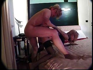 Tranny loira quente vestindo meias pretas suga um pau grande e fica fodido
