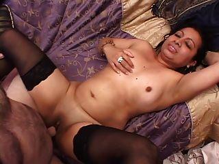 Curvy latina cutie obtém seu bichano perfurado leva uma carga em seu peito