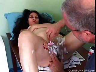 Latina madura bonita começa seu bichano raspado