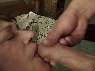 Velha empregada pervertida recebe cum em seu rosto