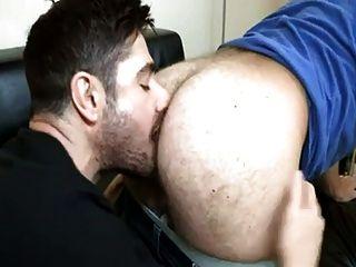 Bunda peluda recebe uma amarração língua