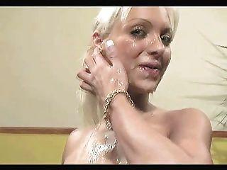 Menina bukkake com peitos falsos