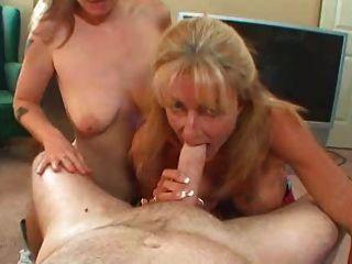 Duas senhoras compartilham um galo