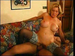 Milf maduro fode anal um rapaz com galo grande em um sofá