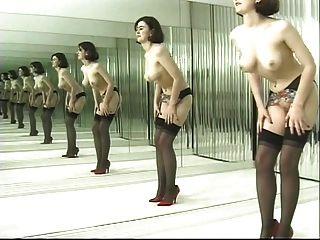 Brincalhão danças morena em meias pretas