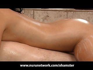Adolescente magro ensaboado massagem e fucking