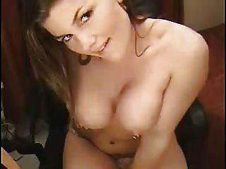 Bela webcam morena com seios perfurados