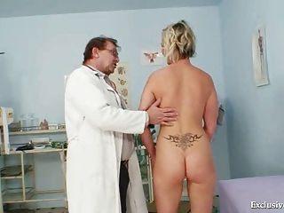 Gabriela quente ficando nu no escritório gyno