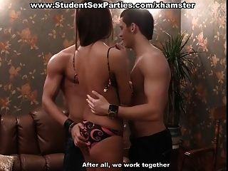 Orgia de trio na festa de sexo do estudante