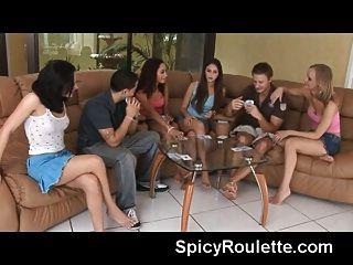 Um grupo de jovens amadores jogando strip poker
