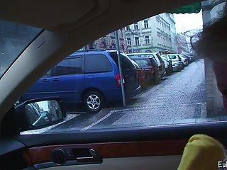 Aneta mostra mamada e fodendo em carro