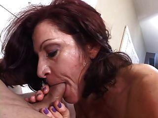 Morena madura quente magicamente suga pau enquanto fumava um cigarro