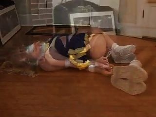 Loura cheerleader hogtied e fita adesiva amordaçada