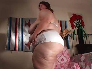 Enorme garota propagação bunda e barriga tease