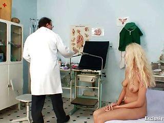 Linda babe loira exame gyno