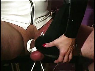 Amante em látex e nylons cuidar de seus escravos grande dick