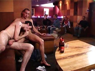 Dois caras quentes fuck bb em um bar