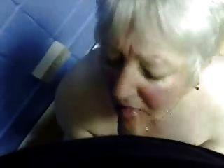 Cumming na boca da vovó desagradável.Amador mais velho