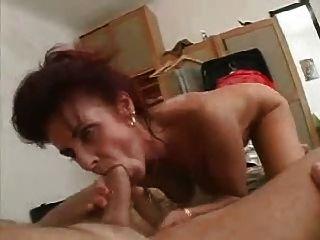 A mamã banha então fode o homem novo