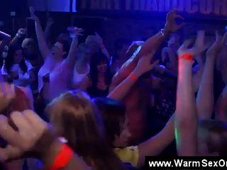 Blowjobs e leasbians ação na festa cfnm