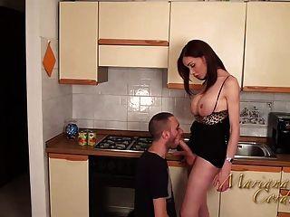 Mariana cordoba quente na cozinha
