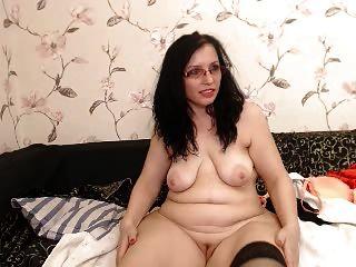 Curvy big ass milf em óculos tiras na webcam