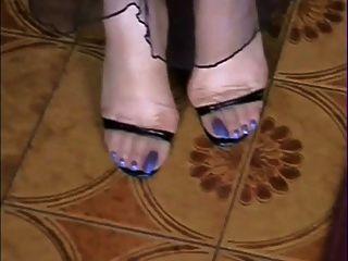 Meu nu e em meias dedos azuis longos !!!!!
