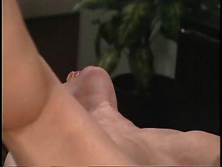 Doutor asiático sexy esfrega seus pacientes pussy na mesa de escritório