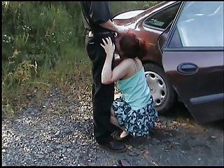 Il filme sa femme que baise com son amant dans la voiture