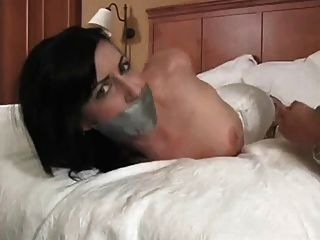 Hogtie e duto fita gag hott chick w tatuagens