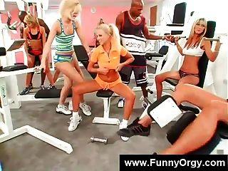 Meninas loiras e caras pretas em um ginásio