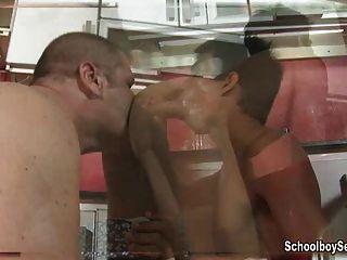 Twink pounded em uma cadeira de bar