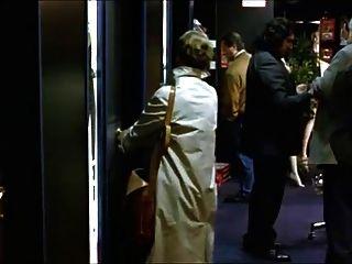 Uma mulher visita uma loja de sexo para assistir pornografia