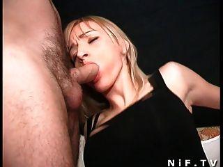 Babe francês lindo recebe uma penetração dupla
