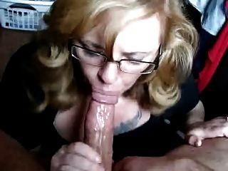 Boquete com facial de uma loira agradável em óculos