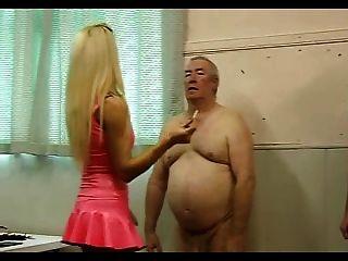 Quente dominatrix em látex rosa trabalha sobre seus dois escravos