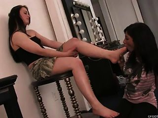 Menina preta adora pés deusa