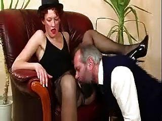 Velho bastardo travado masturbating pelo milf quente \u0026 termina-o