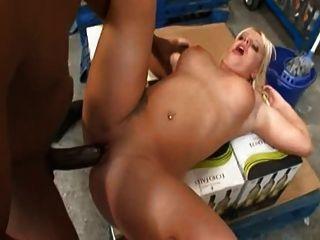 British stud omar fode uma puta em um armazém