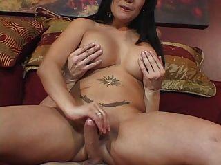 Beleza curvy com os tits perky agradáveis dá o indivíduo um trabalho da mão