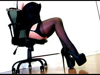 Provocação sensual em um espartilho e meias em camadas