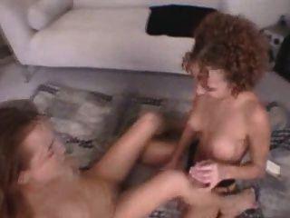 Duas lésbicas se fodem com um vibrador