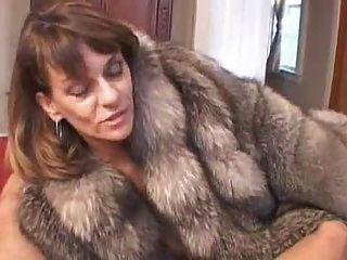Chelsea em casaco de pele dá boquete